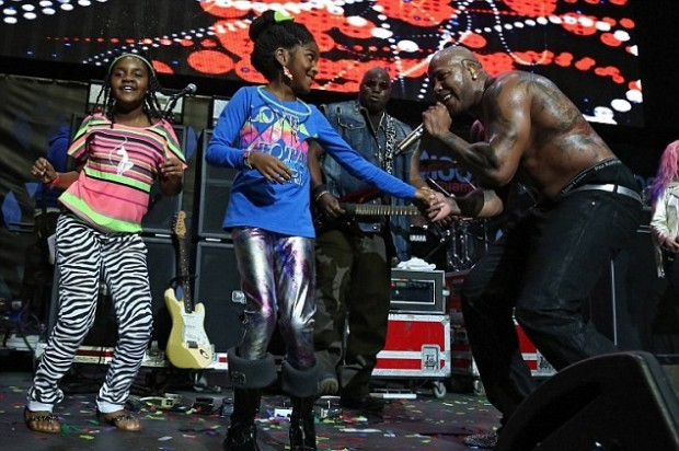 Flo Rida Performing With the Kids