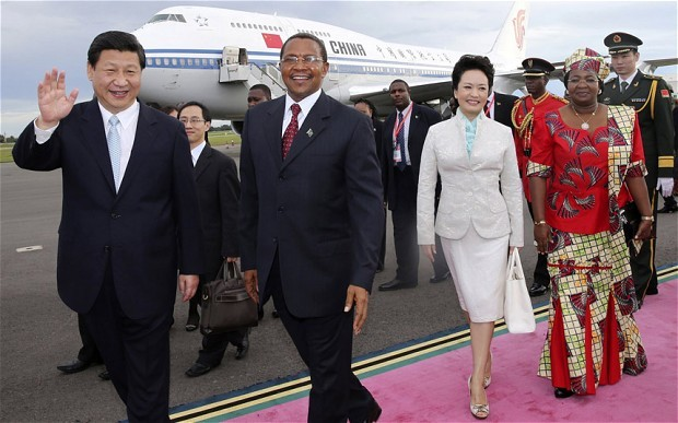 Chinese President Xi Jinping and his wife Peng Liyuan are welcomed by Tanzanian President