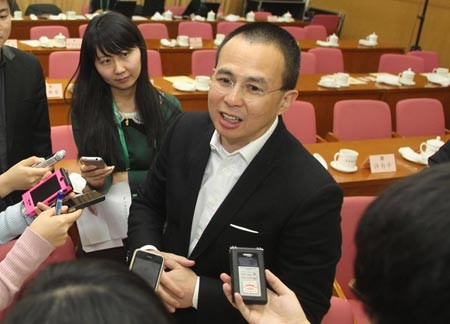 Richard Li, center, talks to the press in Beijing