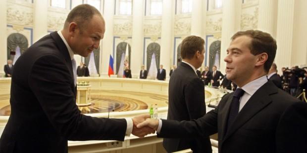 Sergey Ponomarev Shaking HAnds With Andrei Melnichenko