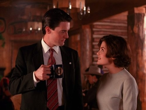 Still of Sherilyn Fenn and Kyle MacLachlan in Twin Peaks (1990)