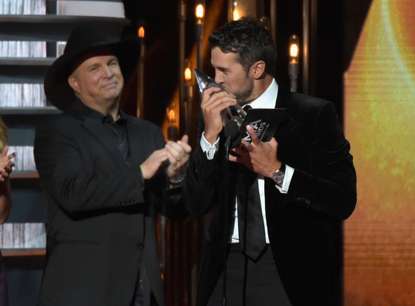 Garth Brooks presents Luke Bryan with the award for Entertainer of the Year ontsage