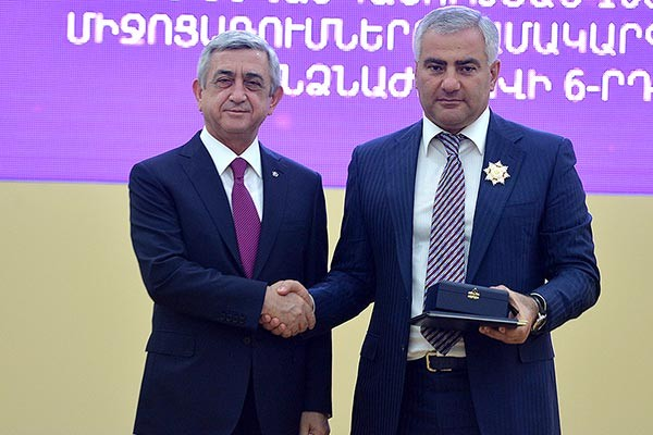 Samvel Karapetyan taking  Mesrop Mashtots Medal
