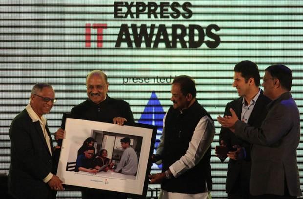 Narayana Murthy Receiving Life Time Achievement Award at Express IT Awards