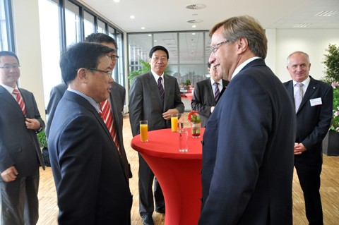 Chairman Liang Wengen talking with Voigtsberger