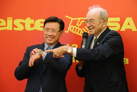 Liang Wengen and Schlecht exchanged their Watches