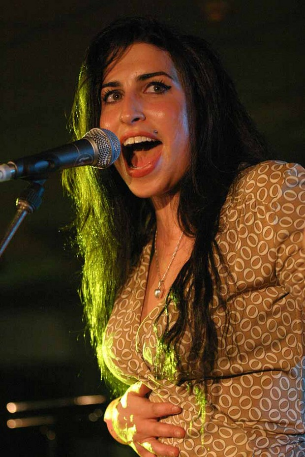 Amy Winehouse Live Performance in 2004