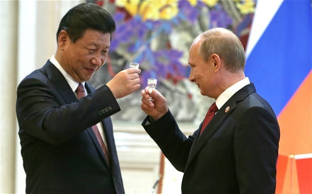 Chinese President Xi Jinping (L) and Russian President Vladimir Putin have a Drink After