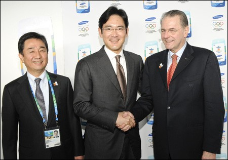 Lee Jae-yong Shaking Hands With Jacques Rogge