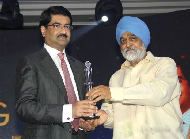 Kumar Mangalam Birla Receiving NDTV Profit Business Leadership Award