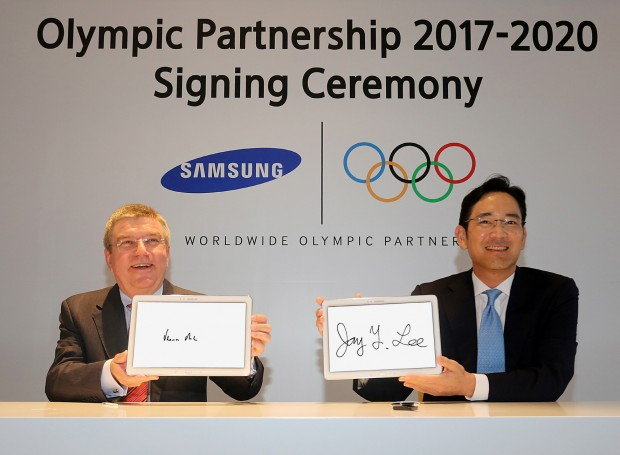 At the signing ceremony held in Nanjing, Lee Jae-Yong, Vice Chairman of Samsung Electronics, and Thomas Bach
