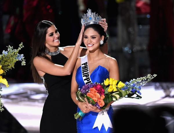 Paulina Vega Presenting the Miss Universe Crown to Pia Alonzo Wurtzbach