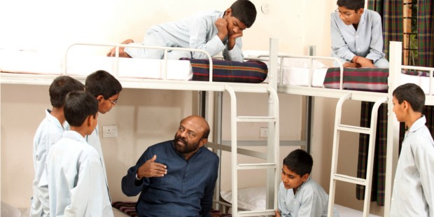Shiv Nadar Spending His Valuable Time With Some Students in a Hostel