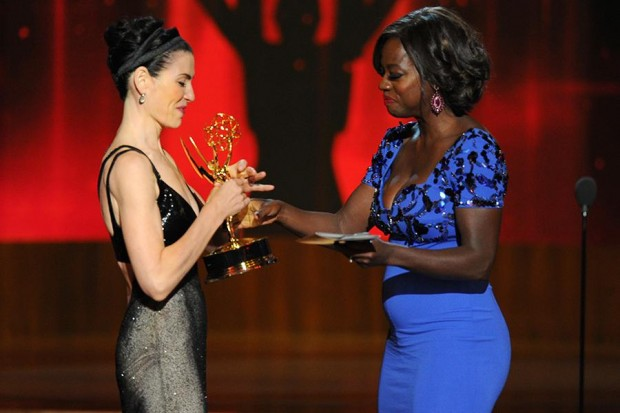 Julianna Margulies Accepts an Award from Viola Davis