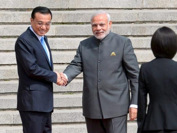 Prime Minister Narendra Modi and Chinese Premier Li Keqiang (L) Shaking Hands