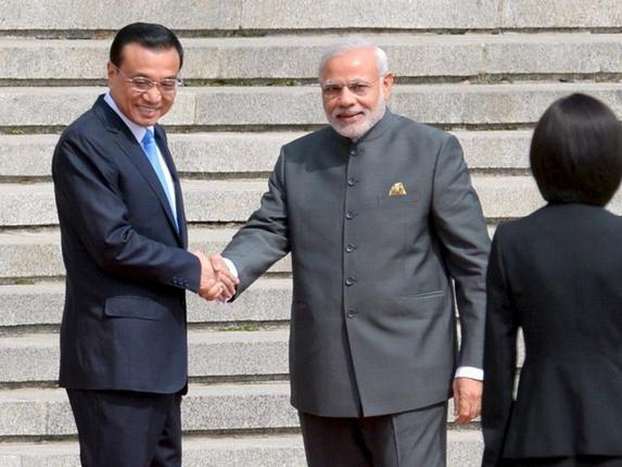 Prime Minister Narendra Modi and Chinese Premier Li Keqiang (L) Shaking Hands