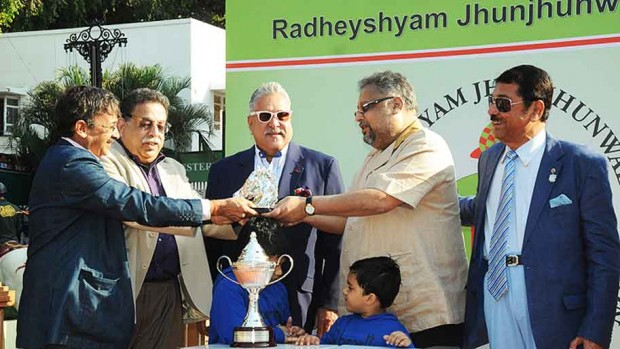 Rakesh Jhunjhunwala Presents Trophy to Dr.Vijay MAllya