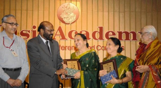 Shiv Nadar Presenting Awards to Winners at an Award Cermony