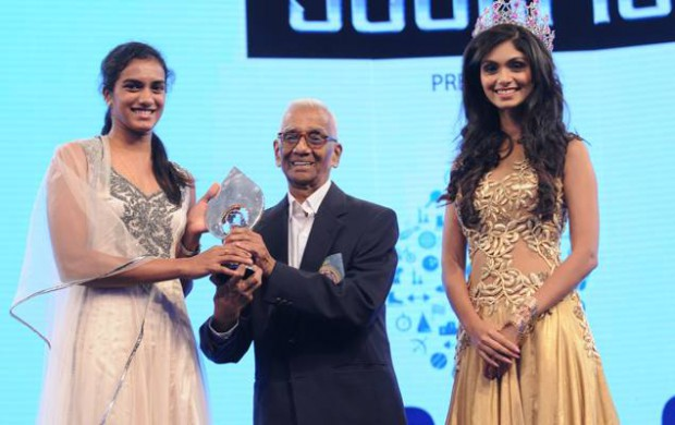 PV Sindhu receives TOI award From Former Badminton player SL Jaini and Aafreen Vaz