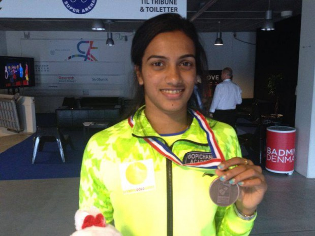 PV Sindhu showing her Badminton World Championship medal