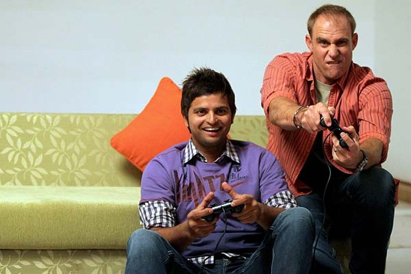 Raina and Mathew Hayden playing video game