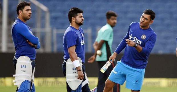 Dhoni having a conversation with raina and yuvi