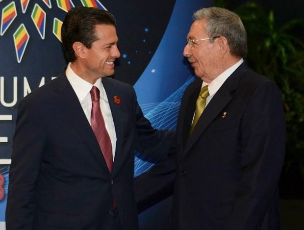 Raul Castro With Mexico President Enrique Peña Nieto