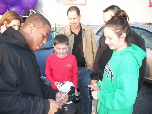 Ray Rice Signing his autographs to his fans