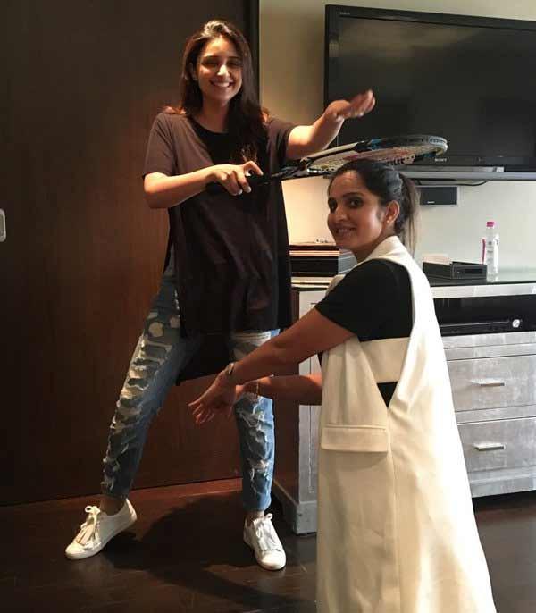 Sania's funny pose with Parineeti Chopra