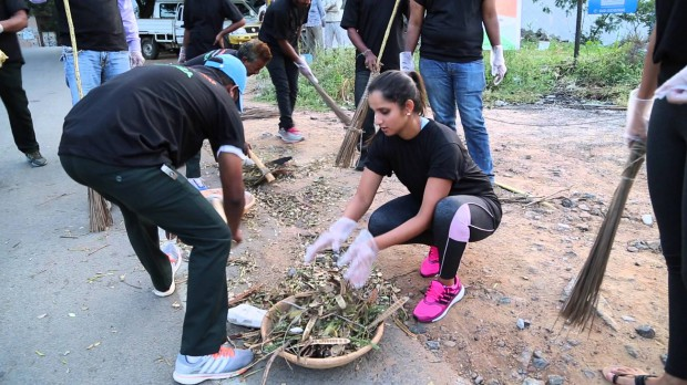 Sania Mirrza cleaning the roads on part of Swach Bharat Campaign