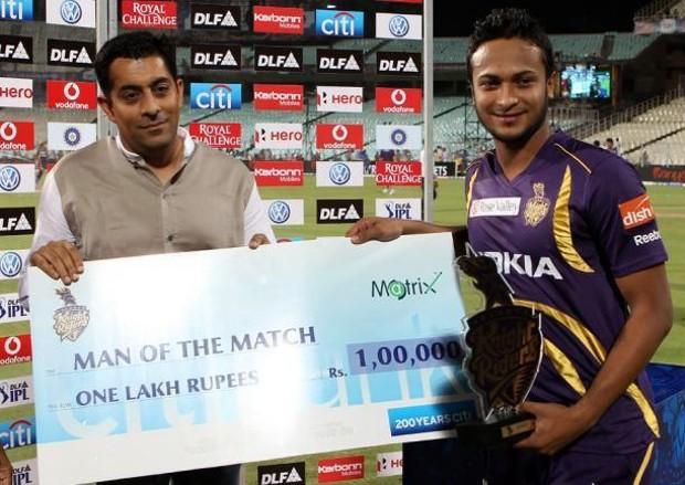 Shakib Al Hasan gets the man of the match award