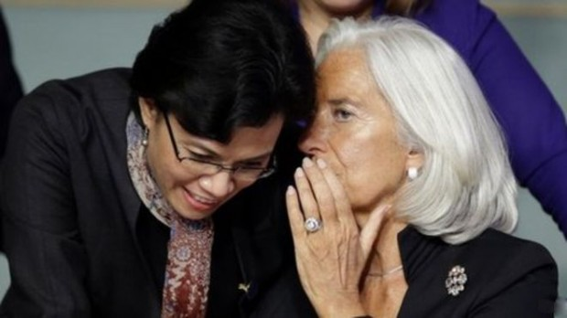 IMF head Christine Lagarde talks to World Bank chief Sri Mulyani Indrawati