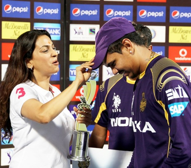 Sunil Narine receives man of the match award from Juhi Chawla