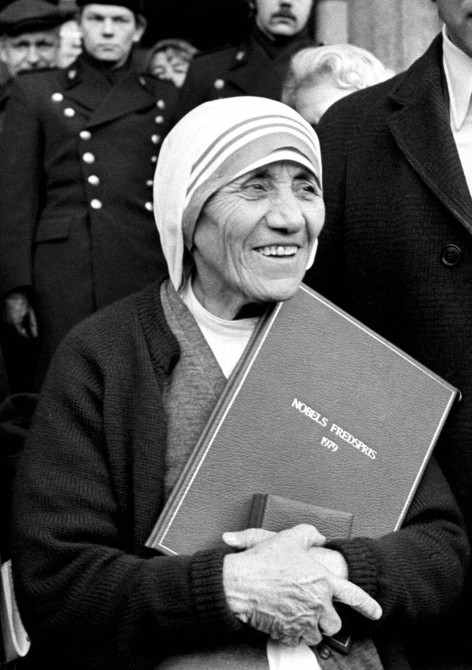 Mother Teresa holding her Nobel Peace Prize