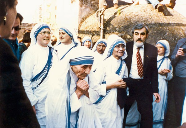 Mother Teresa along with her fellow sisters