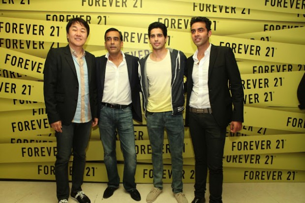 Don Chang with DLF Brands MD Timmy Sarna, Indian Actor Siddharth Malhotra and Jatin Malhotra
