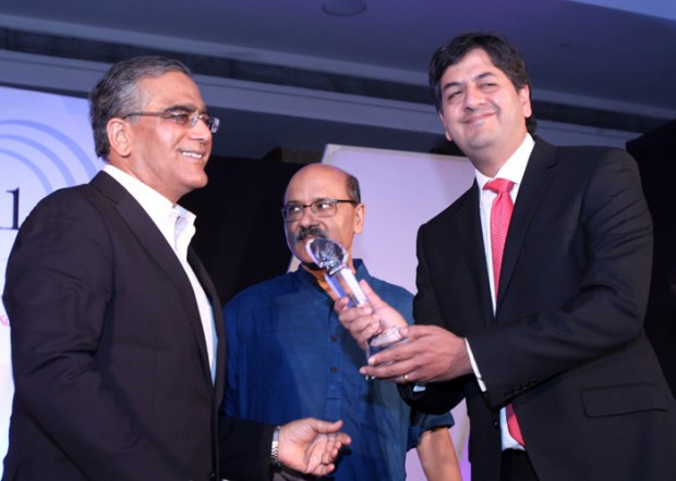 Vikram Chandra Receiving Award of Excellence4Media