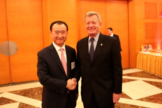 Wang Jianlin shake hands with Baucus