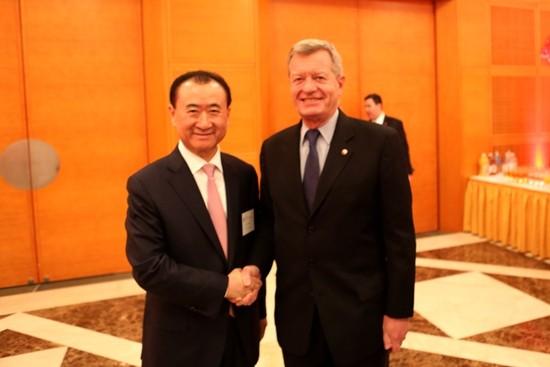 Wang Jianlin shake hands with Baucus
