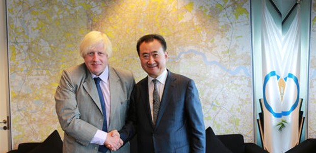 Wang Jianlin poses with London Mayor Boris Johnson