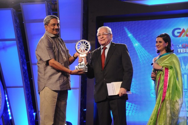 Yusuf Hamied receiving CNN-IBN Indian of the year award in 2012